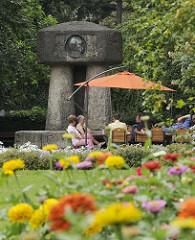 Das Bergedorfer Bismarck Denkmal wurde 1906 eingeweiht, den Entwurf für die monumentale Erinnerungsstätte lieferte Karl Garbers. Das Bismarkdenkmal wurde 1906 eingeweiht -  erst später wurde es in den Bergedorfer Schlosspark versetzt. Im Vordergr