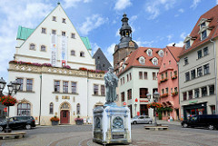 Marktplatz der Lutherstadt Eisleben - lks. das spätgotische Rathaus, davor in Lutherdenkmal-Imitat ( das Original  wurde restauriert ), dahinter ein Kirchturm der St. Andreas Kirche.