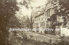 historische Aufnahme vom Schloss in Hamburg-Bergedorf ca. 1890; im Wassergraben spiegeln sich die Bäume - ein schmaler Weg führt um das Schlossgebäude. Die Ursprünge vom Wasserschloss in Bergedorf wurde um 1220 angelegt, der jetzige Bau ab dem 15