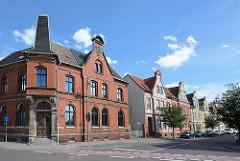 Ziegelarchitektur - Altes Postgebäudegebäude in Aken / Elbe, Wohnhäuser mit Zwerchgiebel.