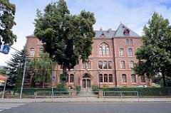 Historisches Backsteingebäude - Schulgebäude am Schloßplatz in der Lutherstadt Eisleben;