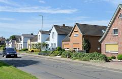 Einzelhäuser, Wohnhäuser in gleichem Baustil - unterschiedliche Fassadengestaltung - Klinkerfassaden / farbige Putzfassade.