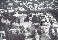 Historische Luftaufnahme vom Bergedorfer Rathaus und dem Rathauspark ca. 1936. Im Vordergrund liegt der Rathauspark mit einer Rasenfläche vor dem Rathausgebäude - hinter dem Rathaus ist die  Vielfalt der Architektur im Bergedorfer Villenviertel z