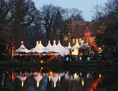 Vor dem Bergedorfer Schloss findet der Bergedorfer Weihnachtsmarkt in den Adventswochen vor Weihnachten statt. Weisse Zelte sind um die Schlosswiese herum aufgestellt, in denen sich die unterschiedlichsten Verkaufsstände befinden. Auf den Zeltspi