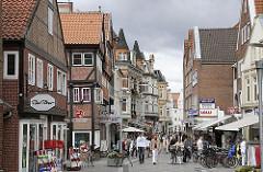 Die Fussgängerzone der Einkaufsstrasse Sachsentor wird von den Bergedorfern gut besucht; viele kleine Geschäfte haben dort ihren Sitz - diese stellen ihre Auslagen bei Sommerwetter auf die Strasse.