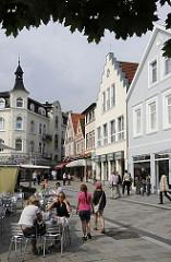 Blick über den Bergedorfer Markt zum Kaiser - Wilhelm - Platz; viele Gründerzeithäuser und historische Fachwerkgebäude stehen in der Innenstadt von Hamburg Bergedorf.