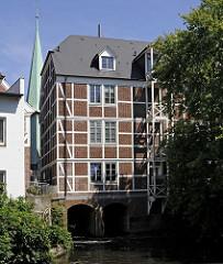 Die Rückseite der Kornwassermühle mit dem Giebeldach unter dem sich früher die Winde befand. Der Ursprung des historischen Fachwerkgebäudes wurde um 1208 dort an der aufgestauten Bille errichtet. 1839 erfolgte ein Neubau, 1868 folgte eine Erweite
