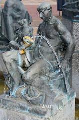Marktbrunnen am Marktplatz von Aken / Elbe; Darstellung vom Stadtgründer Albrecht der Bär - Sockelumschrift: Wir Albrecht der Bär Markgraf von Brandenburg 1100-1170 gründeten die Stadt Aken nahe des festen Platzes Gloworp.