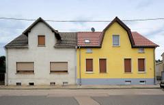 Doppelhaus mit unterschiedlicher Fensteranordnung und Farbgestaltung der Hausfassade - Architektur in Oranienbaum.
