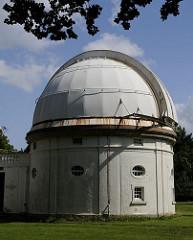 Kuppelgebäude des 1m Spiegelteleskops der Sternwarte Hamburg Bergedorf - aufgrund der historischen und ursprünglichen Architektur und der historischen Instrumente wurde die Gesamtanlage der Bergedorfer Sternwarte 1996 unter Denkmalschutz gestellt
