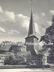 altes Foto ca. 1936  von der Bergedorfer Kantorei und der St. Petri und Pauli Kirche. In dem Fachwerkgebäude, dem früheren Organistenhaus, wurde 1699 der Rokoko Komponist Johann Adolph Hasse geboren. Der runde Klinkerturm ist erst 1836 errichtet.