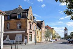 Bürgerhäuser an der Köthener Straße in Aken / Elbe, im Hintergrund der historische Köthener Torturm.