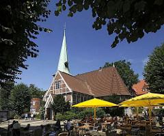 Schon um 1162 wurde ein Kirchengebäude am jetzigen Ort der Kirche im Zentrum des Stadtteils Bergedorf erwähnt. Die ursprüngliche Kirche St. Petri und Pauli wurde 1502 eingeweiht und 1759 der jetzige Kirchturm errichtet. Rechts im Hintergrund das