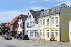 Wohnhäuser - Geschäfthäuser in der Brunsbüttler Straße.