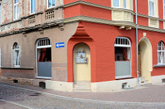 Wohnhaus zur Hälfte restauriert - ehem. Ladengeschäft zu Wohnraum umgestaltet, der Eingang wurde zugemauert und mit Briefkästen versehen - Architekturbilder aus Aken, Elbe.