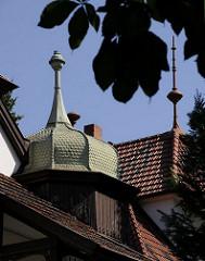 Hausdach einer Hamburger Stadtvilla im Bergedorfer Villenviertel.  Ende des 19.  Jahrhunderts wurde begonnen, im sogenannte Villenviertel zu bauen -  wohlhabende Hamburger und Bergedorfer Bürger ließen dort ihre repräsentativen Wohnhäuser erricht