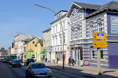 Wohn- und Geschäftshäuser unterschiedliche Baustile - Autoverkehr in der Wentorfer Straße von Hamburg Bergedorf.