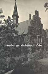 historische Fotografie vom Bergedorfer Schloss ca. 1936 - die Fassade des Gebäudes ist mit Efeu bewachsen - eine schmale Brücke führt über den Schlossgraben. Die Ursprünge des Wasserschlosses in Bergedorf wurde um 1220 angelegt, der jetzige Bau a