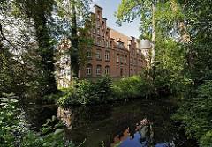 Blick über den Schlossgraben zum Bergedorfer Schloss. Die Ursprünge vom Wasserschloss in Bergedorf wurde um 1220 angelegt, der jetzige Bau ab dem 15. Jh. entwickelt und seitdem mehrfach verändert. Die Anlage steht seit 1926 unter Denkmalschutz. A