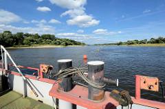 Blick von der Gierfähre bei Aken auf die Elbe; Tonnen sichern den Verlauf vom Gierseil im Fluß.