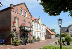 Wohn- und Geschäftshäuser am Markt von Brunsbüttel Ort - in der Bildmitte das Heimatmuseum - ehem. Rathaus der Altstadt.