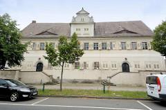 Historische Architektur in Coswig / Anhalt - Kavalierhaus; erbaut um 1675, ehem. Teil vom Schlossgarten - von 1927 - 1995 Sitz der städtischen Sparkasse, jetzt im Privatbesitz.