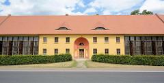 Orangerie beim Schloss Oranienbaum, Länge 175m - erbaut 1811; das Gebäude dient zur Unterbringung einer großen Sammlung von Zitruspflanzen sowie anderer seltener Gehölze.
