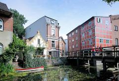Füssgängerbrücke über die Trave - Wohnhäuser und Mühlengebäude am Mühlenplatz in  Bad Oldesloe.