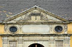 Tympanon mit Wappen über den Eingang vom Coswiger Schloss.  Coswig war von 1603 bis 1793 Teil des Fürstentums Anhalt-Zerbst. Das in der Stadt befindliche Schloss wurde 1667–1677 erbaut und diente bis ins 19. Jahrhundert als Witwensitz. Während im Bau