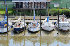 Alter Hafen in Brunsbüttel - Sportboothafen an der Elbe, abhängig von der Tide; bei Ebbe fallen die Sportboote trocken und liegen im Schlick.