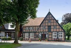 Matthias-Boie-Haus; ehem. Diakonat am Markt von Brunsbüttel-Ort; historische Fachwerkarchitektur,  Ähren- und Flechtverbund.
