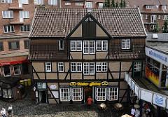 Fachwerk - Traufenspeicher am Kupferhof beim Bergedorfer Hafen; das historische Fachwerkgebäude von 1760 wurde 1982 abgetragen, restauriert und auf einem neuen Fundament wieder aufgebaut.