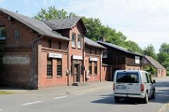 Landwirtschaftliche Architektur - Ziegelgebäude, Gasthof zur Linde - Scheune mit Holzfassade; Architekturbilder aus Brunsbüttel, Kreis Dithmarschen.