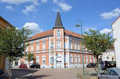 Eckgebäude, Gründerzeit-Wohnblock mit Risalit / Turm in der Bahnhofstraße / Weber Straße von Aken (Elbe)