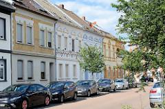 Einstöckige Gründerzeit-Mietshäuser - Fliesendekor, parkende Autos; Aken (Elbe).