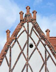 Rathaus von Aken - erbaut um 1490, erweitert 1609 / 1907. Putzbau mit Zwerchgiebeln - gekreuzte Schmuckbänder aus Backstein.