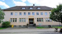 Schlichtes Zweckgebäude - Aufschrift Postamt; Aken / Elbe.
