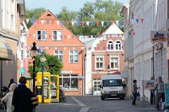Blick durch die Mühlenstraße in Bad Oldesloe zur Hagenstraße - historische Wohnhäuser, Geschäftshäuser.
