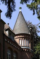 historische Architektur in Hamburg Bergedorf; Giebelturm Bergedorfer Schloss. Die Ursprünge vom Wasserschloss in Bergedorf wurde um 1220 angelegt, der jetzige Bau ab dem 15. Jh. entwickelt und seitdem mehrfach verändert. Die Anlage steht seit 192