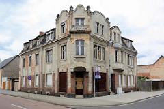 Leerstehendes Wohnhaus, einstöckige Villa mit Dachausbau - vernagelte Fenster und Türen. Architekturbilder aus  Coswig / Anhalt.