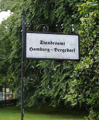 Ein schmiedeeisernes Schild weist auf das Standesamt Hamburg Bergedorf hin.