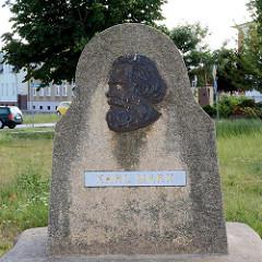 Denkmal Karl Marx - Bronzeplakette auf einem Granitstein, Stadt Aken (Elbe).