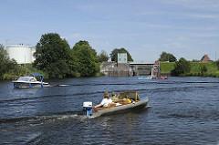 Sportboote fahren auf der Dove-Elbe - Kanus am Anleger der Krapphofschleuse; das Schleusentor ist geöffnet. Die Krapphofschleuse sollte von Kanufahrern nicht genutzt werden, da rechts neben der Schleuse eine Bootsschleppe vorhanden ist.