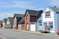 Doppelhaus und Einzelhäuser, Wohngebäude mit unterschiedlicher Fassadengestaltung in Brunsbüttel.