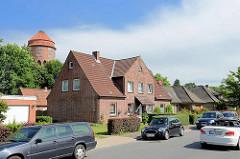 Doppelhäuser mit Giebel und Dachfenster - im Hintergrund die Kuppel vom Wasserturm Brunsbüttel.