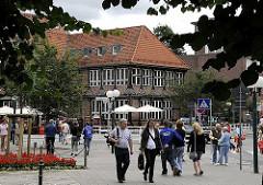 """Blick über den Kirchenplatz und der Alten Holstenstrasse zum Sachsentor und der Vierländer Str. (re.) Im Bildzentrum das alte Gasthaus """"Stadt Hamburg"""", das um 1550 gegründet wurde. 1959 wurde die Vierländer Strasse verbreitert -  das historische"""