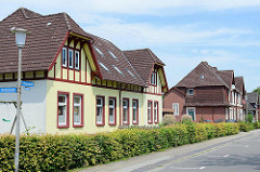 Wohnhäuser im Beamtenviertel von Brunsbüttel. Um das Brunsbütteler Beamtenviertel handelt es sich um eine nach der Gartenstadt-Idee angelegte Siedlung für Kanal- Beamte und – Lotsen, die im Zusammenhang mit der Kanalerweiterung und Anlage der beiden