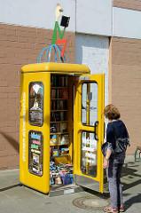 Offener Bücherschrank - Telefonzelle mit Büchern in der Mühlenstraße von Bad Oldesloe.