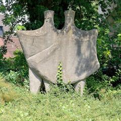Kunst im Öffentlichen Raum der 1960er Jahre - Steinskulptur in der Kautzstraße von Brunsbüttel.