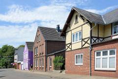 Wohnhäuser mit unterschiedlich gestalteten Fassaden - Sackstraße in Brunsbüttel-Ort.